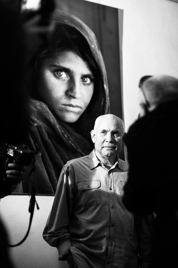 Steve McCurry v Praze. Jeden z ikonických fotografů National Geographic a největších mistrů vůbec. Portrét s názvem Afghan girl je zřejmě nejznámějším fotoportrétem na světě.